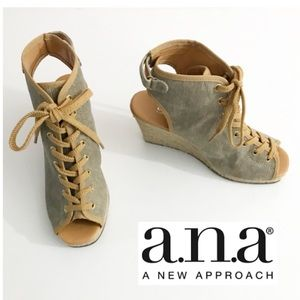 NWOB a.n.a. Robin Natural, Laced Wedges